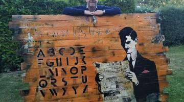 années 20 années folles un grand tableau bois art art déco décoration murale art déco vintage bois ancien montrant une femme années 20 homme en costume lisant un journal