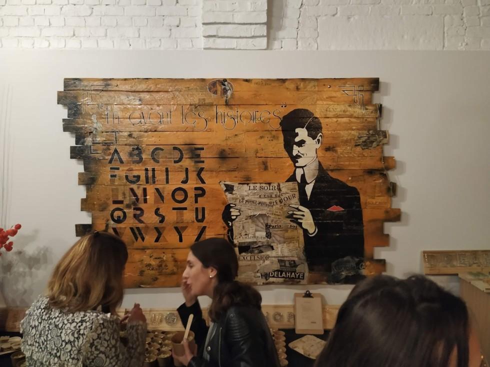 tableau bois art art déco décoration murale art déco vintage bois ancien montrant un homme en costume lisant un journal
